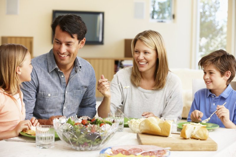 happy-family-at-the-dinner-table